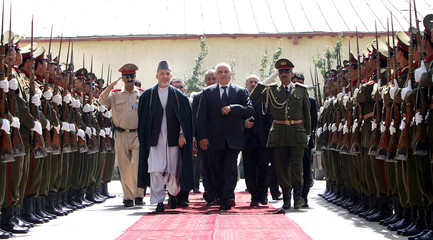 Albanian President Alfred Moisiu with his Afghan counterpart review honor gusrds in Kabul.