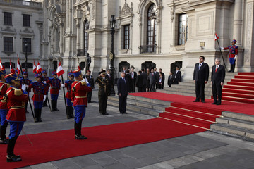 Peru's President Garcia and Australia's Prime Minister Rudd attend a ceremony upon his arrival at the government palace in Lima