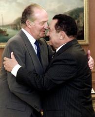 SPANISH KING JUAN CARLOS GREETS EGYPTIAN PRESIDENT MUBARAK AT ZARZUELAPALACE.