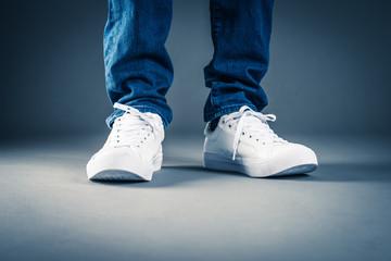 スニーカーを履いている男性