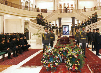 Soldiers stand guard next to the coffin of Turkmenistan's president Saparmurat Niyazov in Ashgabat