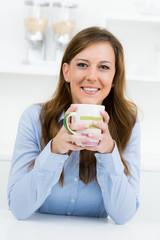 frau genießt ihren kaffee am morgen