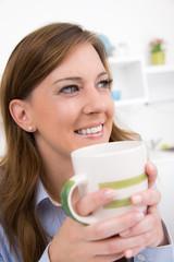 hübsche frau mit kaffeebecher