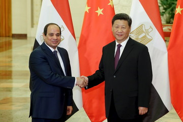 Xi shakes hands with Al-Sisi at The Great Hall Of The People