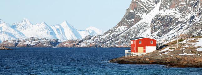 Fischerhaus am Fjord im Winter, Lofoten, Norwegen