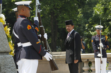 Visiting Brunei Sultan Hassanal Bolkiah stands at attention after offering a wreath of flowers at the monument of national hero Dr. Jose Rizal in Manila