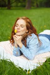 frau liegt entspannt im gras
