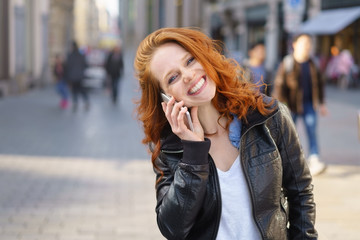 frau telefoniert in der stadt mit ihrem handy
