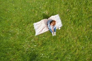 frau entspannt im park