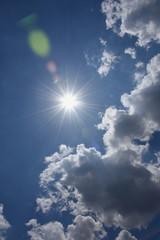 青空と眩しい太陽と雲(紫外線などのイメージ)