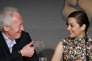 """Director Jean-Pierre Dardenne and cast member Marion Cotillard attend a news conference for the film """"Deux jours, une nuit"""" in competition at the 67th Cannes Film Festival in Cannes"""