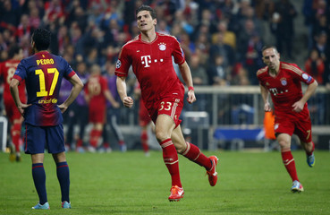 Bayern Munich's Mario Gomez celebrates followed by team mate Franck Ribery after scoring a goal against Barcelona during their Champions League semi-final first leg soccer match in Munich