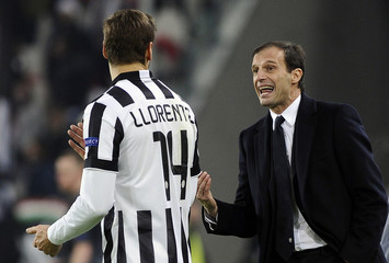 Juventus' coach Massimiliano Allegri gestures next to Fernando Llorente during the match against Atletico Madrid in their Champions League Group A soccer match at the Juventus stadium in Turin
