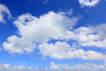 南国沖縄の紺碧の空と夏雲
