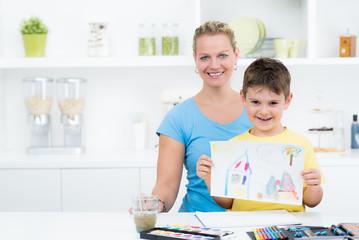 mutter mit kind malen ein bild