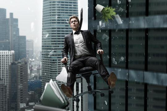 Mann stürzt im Bürostuhl aus Hochhaus