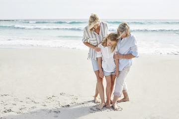 Drei Generationen am Strand, Seniorin mit Tochter und Enkelin