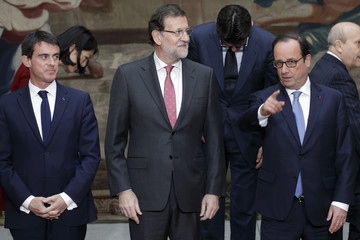 French President Hollande, Prime Minister Valls and Spain's Prime Minister Rajoy arrive at a family photo during a Franco-Spanish summit at the Elysee Palace in Paris