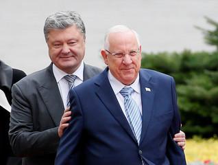 Ukrainian President Poroshenko and his Israeli counterpart Rivlin take part in welcoming ceremony in Kiev