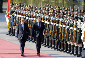 Italy's Prime Minister Matteo Renzi and China's Premier Li Keqiang inspect honour guards in Beijing
