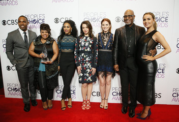 The Grey's Anatomy cast poses backstage at the People's Choice Awards 2017 in Los Angeles