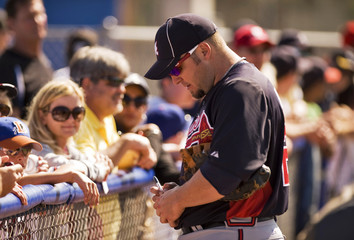 Atlanta Braves' Hinske signs autographs during a workout before a MLB spring training game with the Toronto Blue Jays in Dunedin