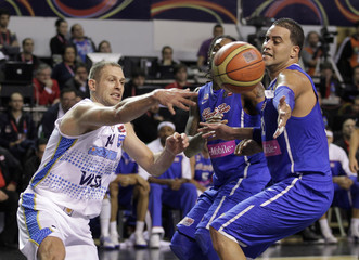 Argentina's Jasen passes the the ball under pressure of Puerto Rico's Balkam during the semi-final round FIBA Americas Championship basketball game in Mar del Plata