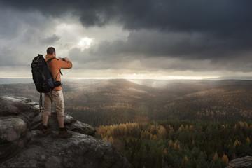 Wanderer macht mit seinem Handy ein Foto