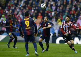 Athletic Bilbao's Susaeta challenges Barcelona's Alba next to Barcelona's Alexis during their Spanish first division soccer match in Bilbao