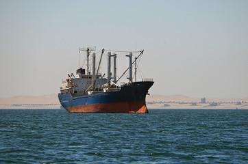Einzelner Frachter an der Atlantikküste