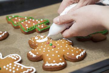 Lebkuchen Figuren mit Zuckerguss aus Spritzbeutel verzieren