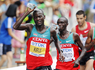 Kirui of Kenya pours water on his head during the men's marathon final at the IAAF World Athletics Championships in Daegu