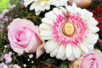 Blumenstrauß und goldene Medaillon-Kette mit Herz