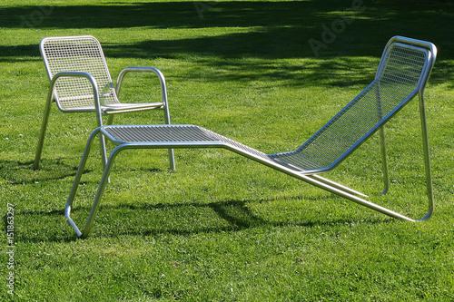 Stuhl und liegestuhl aus metall auf der wiese stockfotos und lizenzfreie bilder auf fotolia - Liegestuhl metall ...
