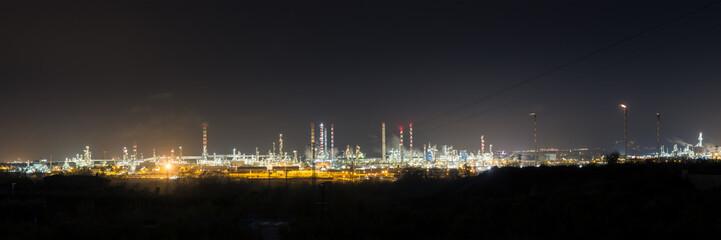 la refinería de hidrocarburos panorámica en la noche