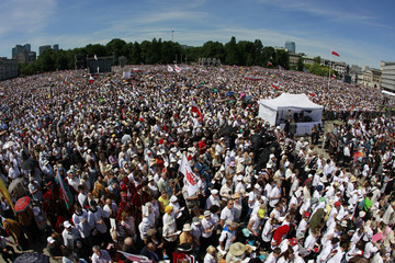 Thousands of people gather and pray in front of altar during beatification mass on Plac Pilsudskiego in Warsaw