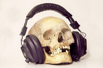 Crânio com fones de ouvido