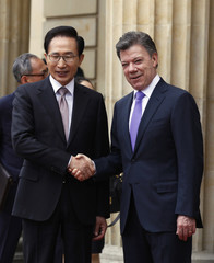 Colombia's President Santos shakes hands with South Korean counterpart Lee after military honours in Bogota