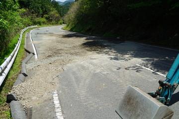 熊本地震で陥没した道路を応急処置で埋め 通れるようにした様子
