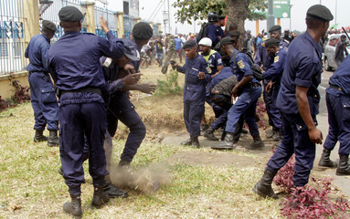 Congolese policemen clash with supporters of opposition leader Etienne Tshisekedi gathering to receive him upon his arrivat at the airport in the Democratic Republic of Congo's capital Kinshasa