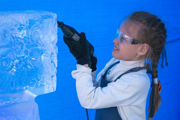 Girl of seven years in the master class on ice sculpture