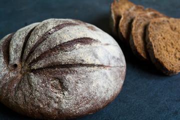 Круглый ржаной хлеб.