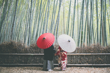 Photo sur Plexiglas Kyoto 京都嵐山の竹林のカップル:couple in bamboo forest Kyoto