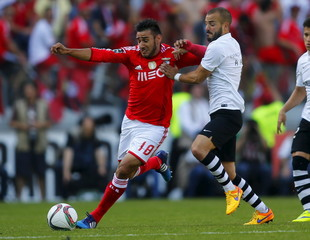 Guimaraes's Andre fights for the ball with Benfica's Salvio during their Portuguese premier league soccer match at Afonso Henriques stadium in Guimaraes