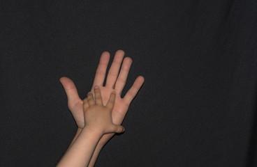 Kinderhand auf erwachsener Hand - Zusammengehörigkeit - Vatertag