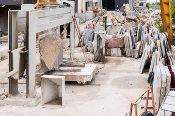 Plant for cutting stone blocks into slabs for the construction industry