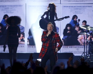 """Kerr of Simple Minds performs """"Dont You Forget About Me"""" at the 2015 Billboard Music Awards in Las Vegas"""
