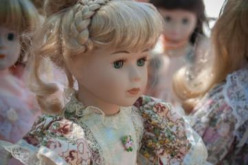 poupée ancienne dans un vide grenier