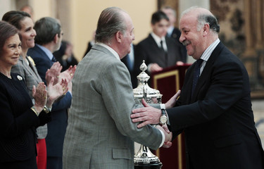 "Spanish King Carlos congratulates Spanish soccer team coach del Bosque after awarding him the ""Baron de Guell Cup"" at El Pardo Palace outside Madrid"