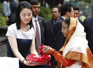 Indian President Pratibha Devisingh Patil offers flowers at a memorial to Indian poet Rabindranath Tagore during her visit to Seou